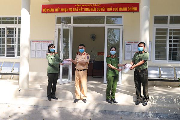 Công an Đắk Nông: Làm hơn 1.000 tấm chắn hỗ trợ chống dịch COVID-19 - Ảnh minh hoạ 5
