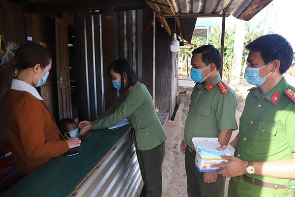 Công an Đắk Nông: Làm hơn 1.000 tấm chắn hỗ trợ chống dịch COVID-19 - Ảnh minh hoạ 3