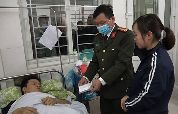 Công an Cao Bằng thăm hỏi, động viên cán bộ bị thương khi làm nhiệm vụ
