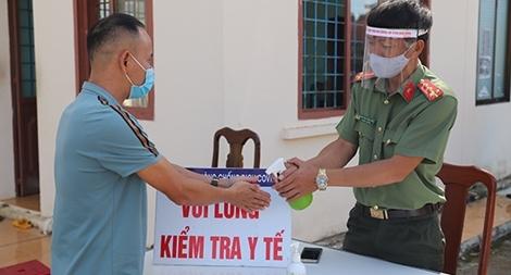 Công an Đắk Nông: Làm hơn 1.000 tấm chắn hỗ trợ chống dịch COVID-19
