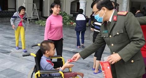 Tặng quà các cơ sở chăm sóc người không nơi nương tựa