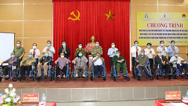 Trao tặng xe lăn cho người khuyết tật tỉnh Ninh Bình