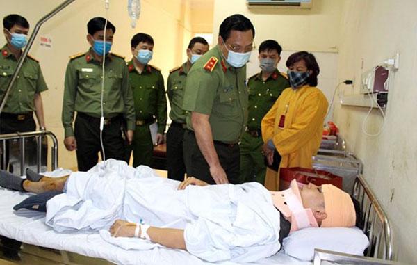 Thăm hỏi Trung úy Công an tổ công tác Y5/141 bị thương khi làm nhiệm vụ
