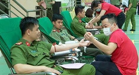 Công an Cao Bằng hiến máu tình nguyện