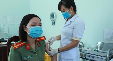 Tiêm vaccine phòng COVID-19 cho CBCS Công an tỉnh biên giới Đắk Nông