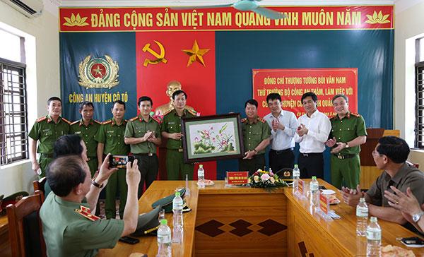Thứ trưởng Bùi Văn Nam thăm và làm việc tại huyện đảo Cô Tô