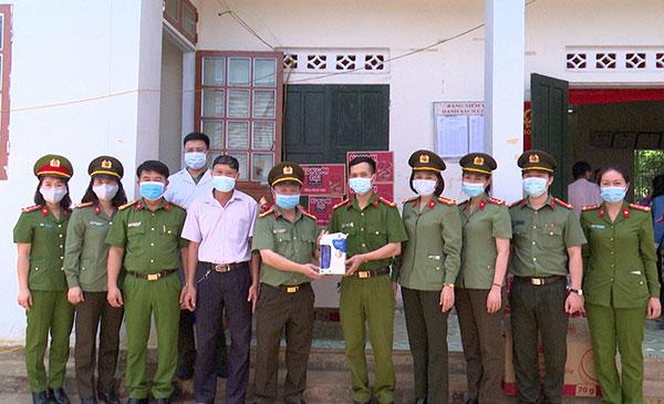 Công an tỉnh Sơn La thăm, tặng quà các tổ cấp CCCD - Ảnh minh hoạ 2