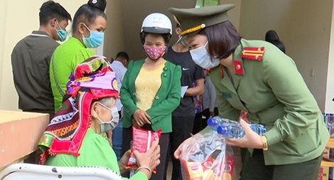 Công an tỉnh Sơn La thăm, tặng quà các tổ cấp CCCD