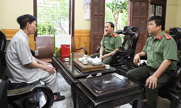 Thăm và tặng quà nguyên lãnh đạo chủ chốt của tỉnh Yên Bái