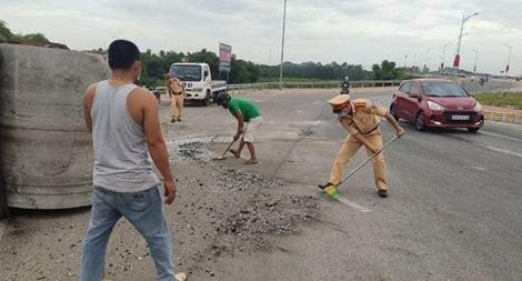 CSGT thu dọn vết dầu, mảnh vỡ trên đường