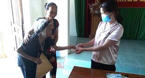 Cụ bà 100 tuổi chống gậy đi ủng hộ quỹ phòng chống dịch