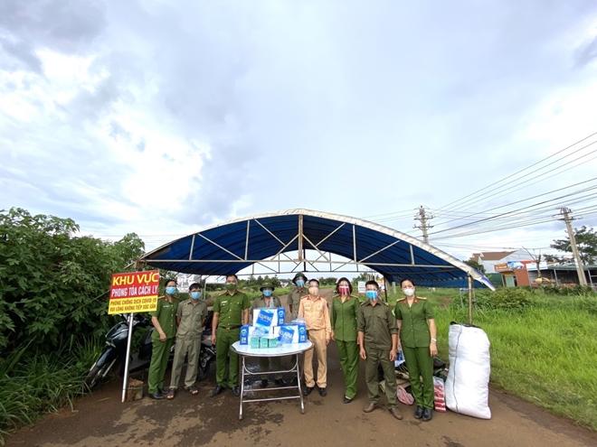 Công an Đắk Nông tặng quà cho lực lượng tuyến đầu chống dịch