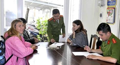 Nhận lại tài sản mất trộm, du khách Nga cảm ơn Công an Đà Nẵng