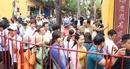 Hàng nghìn thương nhân và du khách xếp hàng xin lộc chùa Ông ngày Tết Nguyên Tiêu