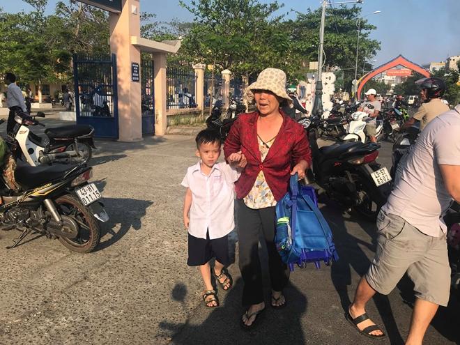 Nhiều phụ huynh hoảng hốt đón con em chạy ra khỏi trường.