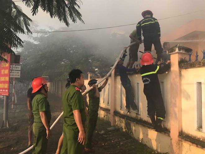Các chiến sĩ Cảnh sát PCCC khẩn cấp khống chế đám cháy tại khu vực nhà kho trường tiểu học.