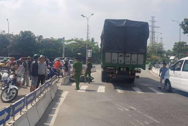 Hiện trường vụ TNGT xe máy bị cuốn vào gầm xe tải chạy cùng chiều khiến một phụ nữ tử vong.