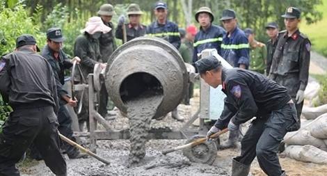 Công an Đà Nẵng giúp dân làm đường liên thôn giữa thời tiết nắng nóng