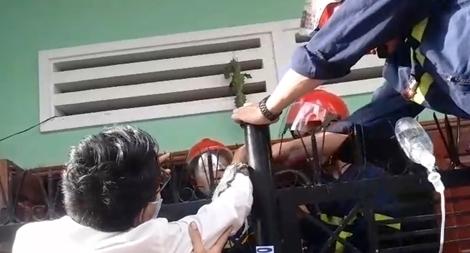 Cảnh sát PCCC&CHCN Đà Nẵng giải cứu người bị chông sắt đâm xuyên tay