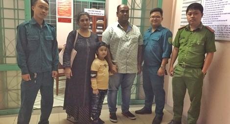 Công an giúp đỡ bé nước ngoài bị lạc tìm lại người thân