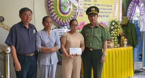 Báo CAND trao tiền hỗ trợ thân nhân 2 chiến sĩ Công an hy sinh trong khi làm nhiệm vụ