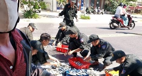 Cảnh sát cơ động Đà Nẵng giúp dân bảo vệ môi trường biển