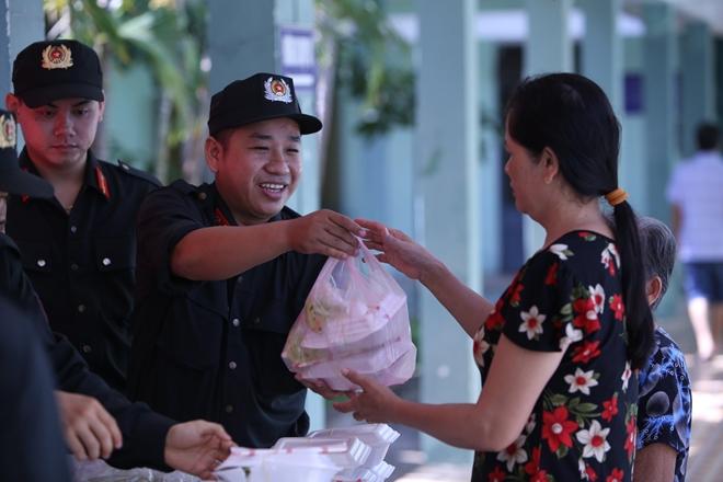 Cảnh sát cơ động Đà Nẵng giúp dân bảo vệ môi trường biển - Ảnh minh hoạ 11