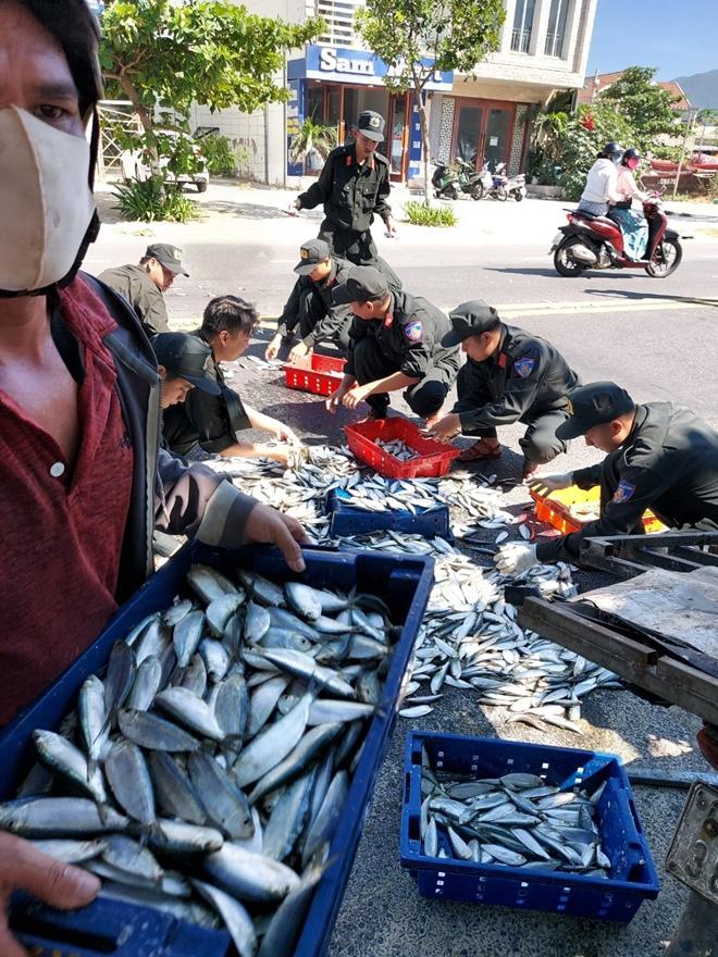 Cảnh sát cơ động Đà Nẵng giúp dân bảo vệ môi trường biển - Ảnh minh hoạ 2