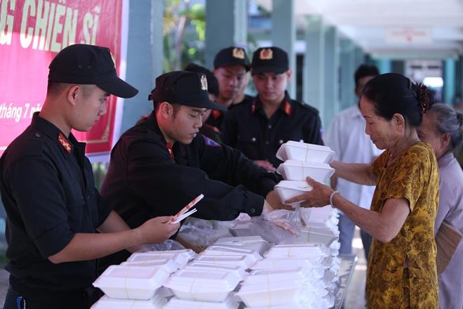 Cảnh sát cơ động Đà Nẵng giúp dân bảo vệ môi trường biển - Ảnh minh hoạ 12