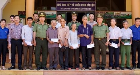 Thăm hỏi, tặng quà các gia đình thương binh, liệt sĩ tại Quảng Trị