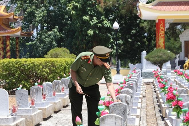 Thăm hỏi, tặng quà các gia đình thương binh, liệt sĩ tại Quảng Trị - Ảnh minh hoạ 4