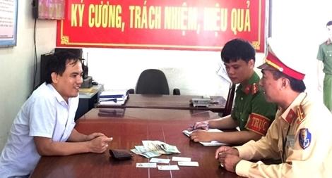 CSGT Đà Nẵng trao trả tài sản cho dân