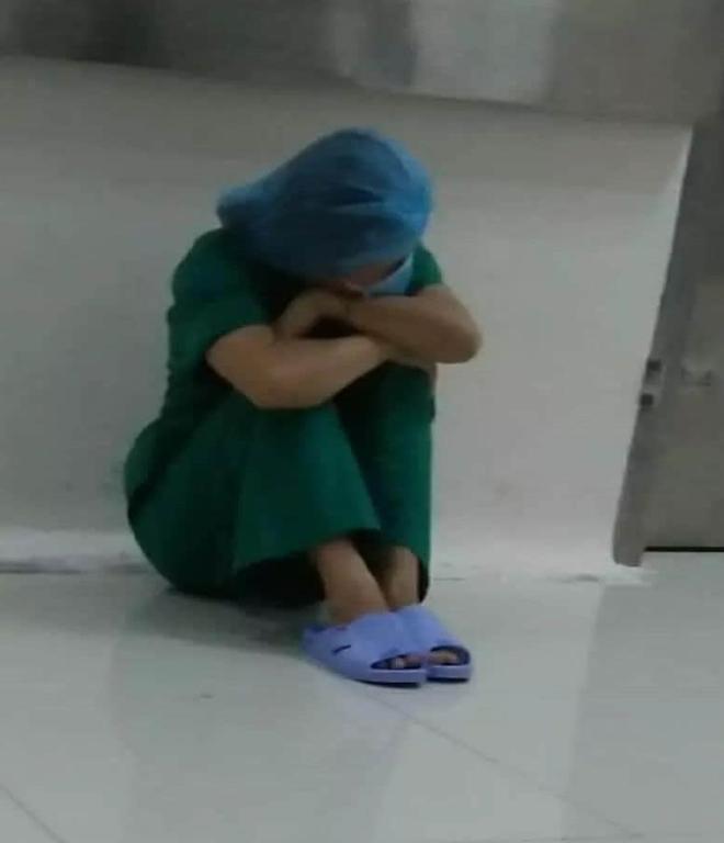 """Hình ảnh xúc động về các y bác sĩ cùng bệnh nhân trong """" điểm nóng"""" cách ly tại 3 bệnh viện của Đà Nẵng. (ảnh BS BV Đà Nẵng)"""