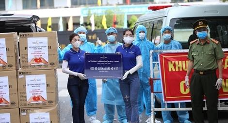 Báo Công an nhân dân và nhà tài trợ trao 7.000 bộ đồ bảo hộ y tế cho 7 bệnh viện ở Đà Nẵng