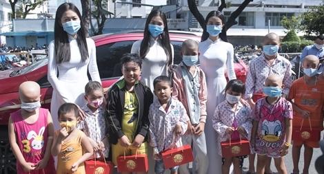 Hoa hậu Tiểu Vy mang quà trung thu đến thăm các bệnh nhi ung bướu