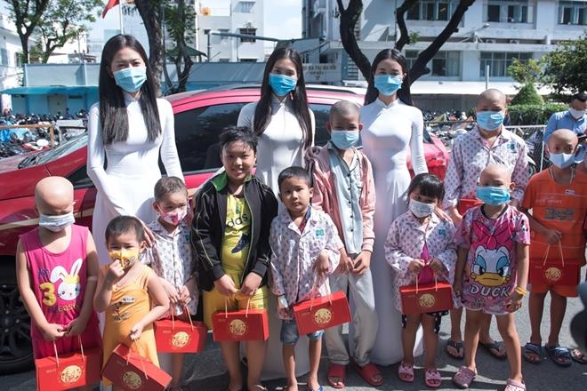 Hoa hậu Tiểu Vy mang quà trung thu đến thăm các bệnh nhi ung bướu - Ảnh minh hoạ 2