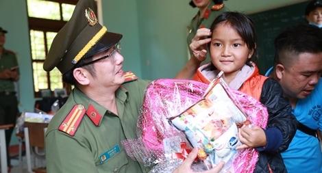 Công an Đà Nẵng đem Trung Thu đến với trẻ em nghèo vùng núi