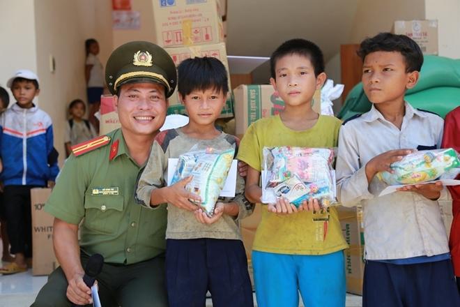 Công an Đà Nẵng đem Trung Thu đến với trẻ em nghèo vùng núi - Ảnh minh hoạ 15