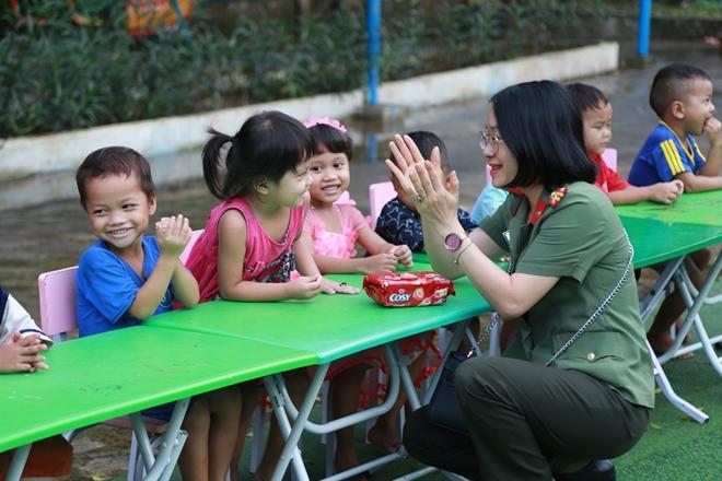 Công an Đà Nẵng đem Trung Thu đến với trẻ em nghèo vùng núi - Ảnh minh hoạ 10