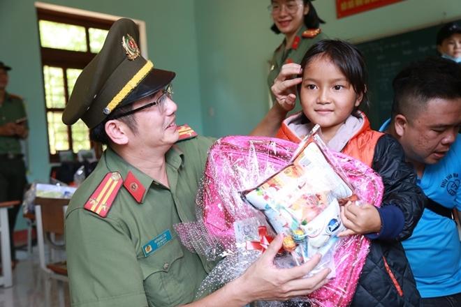 Công an Đà Nẵng đem Trung Thu đến với trẻ em nghèo vùng núi - Ảnh minh hoạ 12