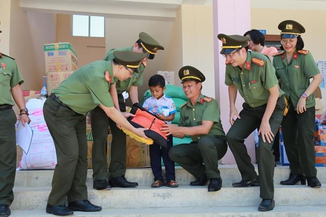Công an Đà Nẵng đem Trung Thu đến với trẻ em nghèo vùng núi - Ảnh minh hoạ 4