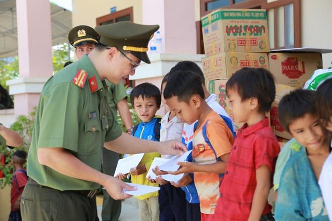 Công an Đà Nẵng đem Trung Thu đến với trẻ em nghèo vùng núi - Ảnh minh hoạ 14