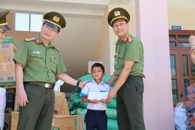 Công an Đà Nẵng đem Trung Thu đến với trẻ em nghèo vùng núi - Ảnh minh hoạ 6