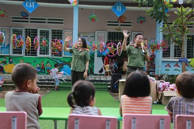 Công an Đà Nẵng đem Trung Thu đến với trẻ em nghèo vùng núi - Ảnh minh hoạ 9