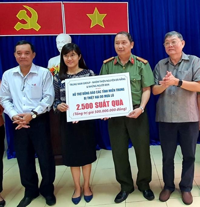 Ủng hộ 500 triệu đồng hỗ trợ người dân vùng ngập lụt miền Trung