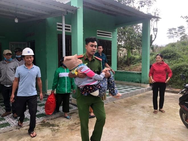 Công an Đà Nẵng giúp dân ven biển, vùng trũng thấp sơ tán đến nơi trú bão an toàn