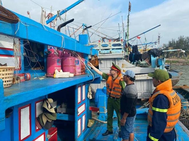 Công an Đà Nẵng giúp dân ven biển, vùng trũng thấp sơ tán đến nơi trú bão an toàn - Ảnh minh hoạ 9