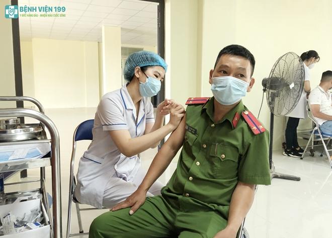 Công an nơi tuyến đầu chống dịch được tiêm vaccine phòng COVID-19 - Ảnh minh hoạ 3