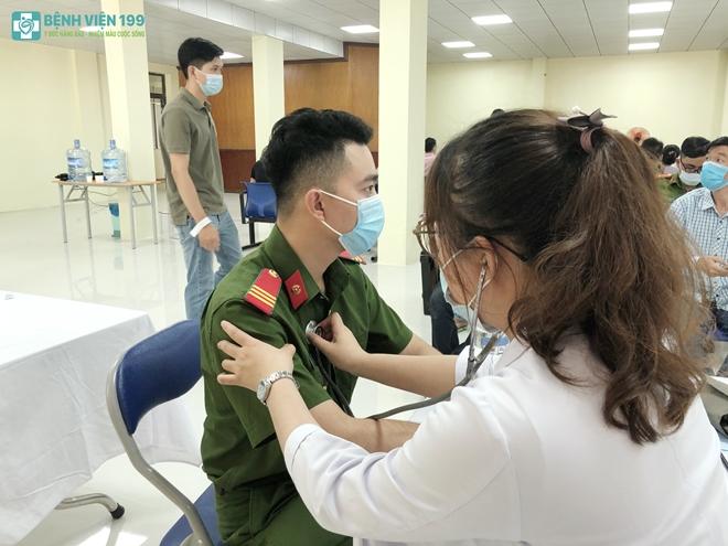 Công an nơi tuyến đầu chống dịch được tiêm vaccine phòng COVID-19