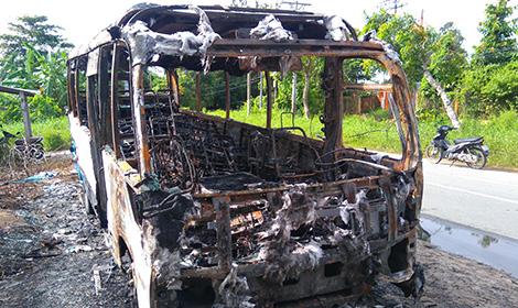 Chiếc xe khách 29 chỗ cháy trơ khung giữa đêm khuya.